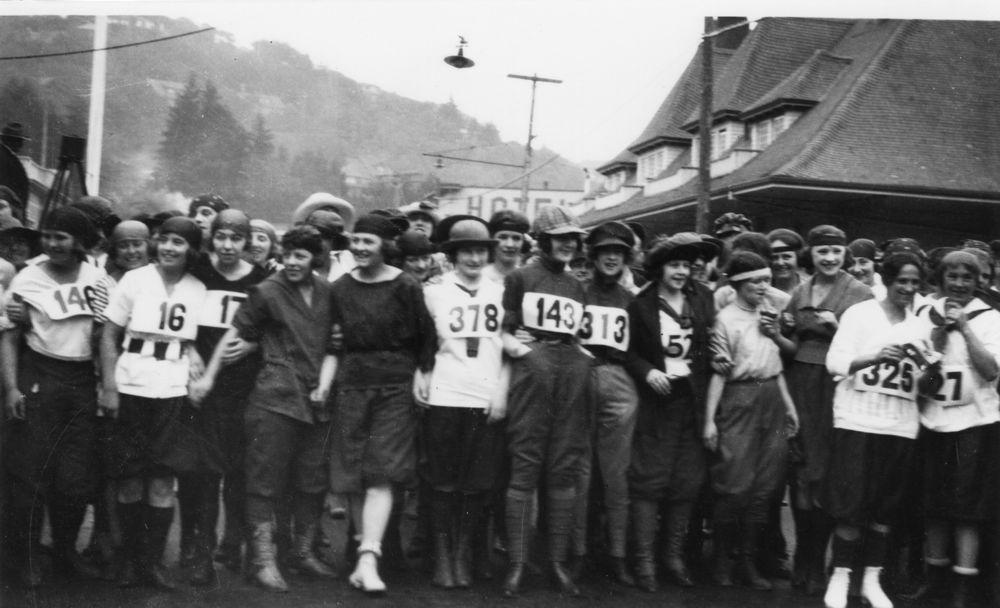 Dipsea Hike start group, 1920