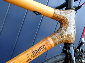 Beautiful polyurethane-coated sisal wrap on the head tube.